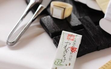 和裁道具を白の正絹生地の上で撮影